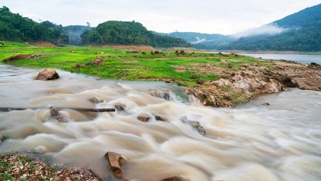 Długi ujawnienie wizerunek woda w rzece Premium Zdjęcia