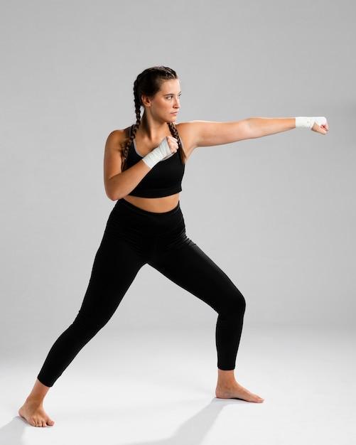 Długi widok ćwiczyć kobiety karate Darmowe Zdjęcia