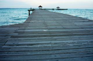 Długie, Drewniane Molo O Zachodzie Słońca Tropikalne Niebo Darmowe Zdjęcia