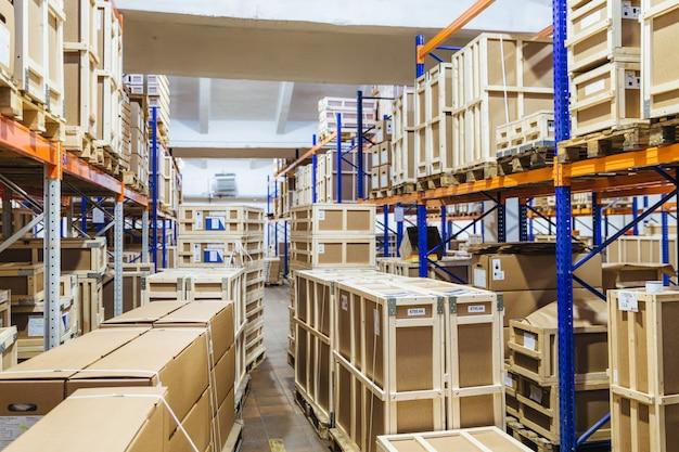 Długie Półki Z Różnorodnymi Pudełkami I Pojemnikami Premium Zdjęcia