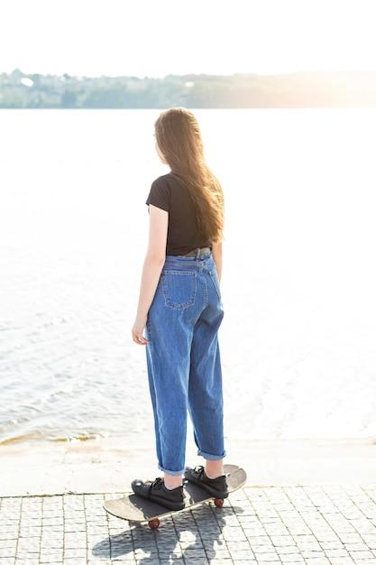 Długie Strzelanie Dziewczyna Na Deskorolce Darmowe Zdjęcia