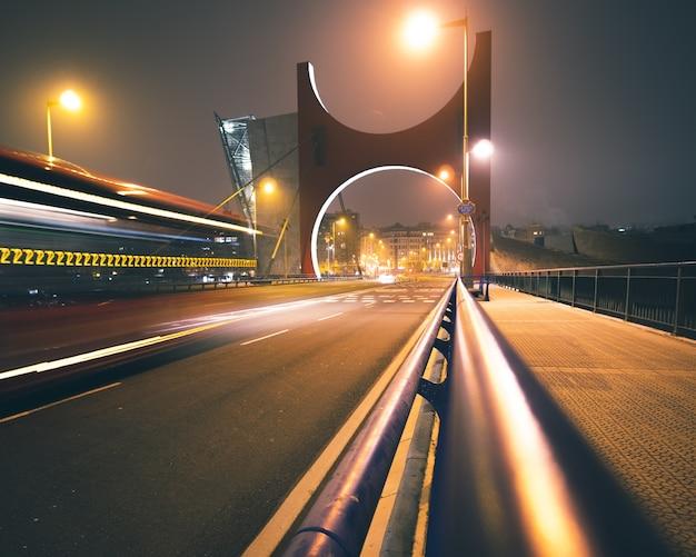 Długie Ujęcie Mostu La Salve Nocą Ze światłami Autostrad I Unikalnym łukiem Mostowym W Bilbao W Hiszpanii Darmowe Zdjęcia