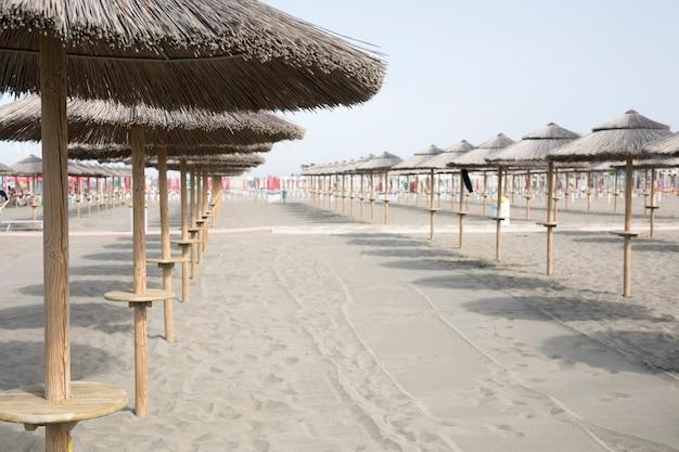 Długie Ujęcie Parasole Na Plaży Kurortu Darmowe Zdjęcia