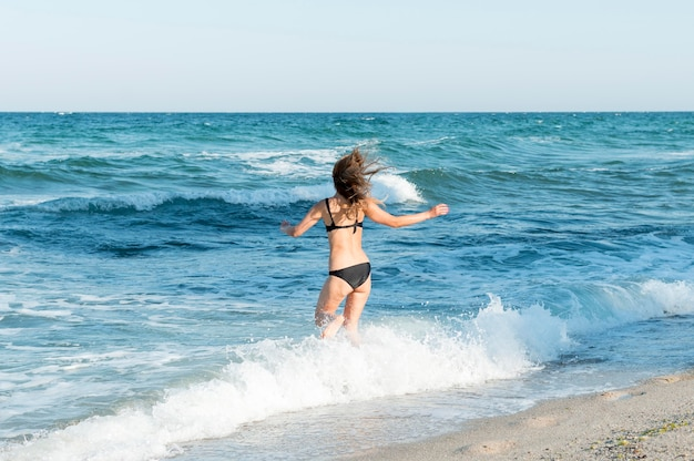 Długie Ujęcie Pięknej Dziewczyny Na Plaży Darmowe Zdjęcia