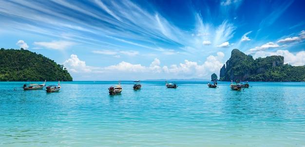 Długiego Ogonu łódź Na Plaży Na Zmierzchu Premium Zdjęcia