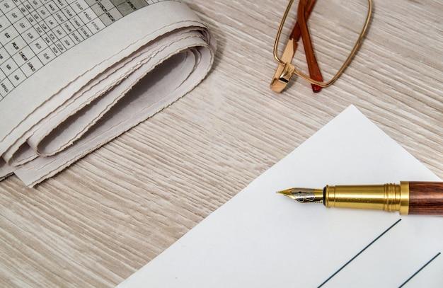 Długopis Do Pisania Na Kartce Papieru I Szklanki Do Czytania Gazet Premium Zdjęcia