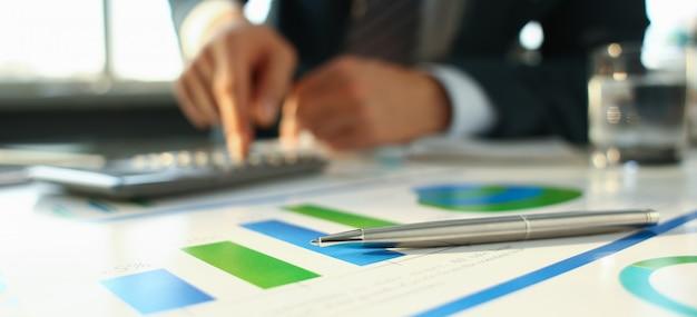 Długopis Dokumentuje Statystyki Finansowe Premium Zdjęcia