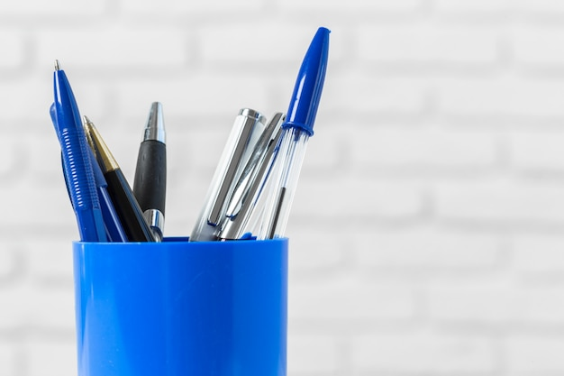 Długopisy lub przybory do pisania na białym stole Premium Zdjęcia