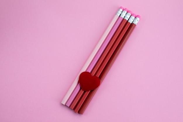 Długopisy Z Sercem Na Różowym Tle Premium Zdjęcia