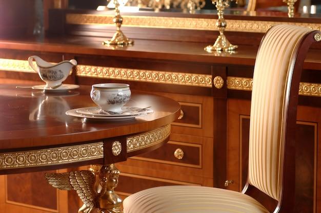 Do Picia Herbaty Przy Stole Na Fotelu I Meblach Wykonanych Z Drewna Premium Zdjęcia