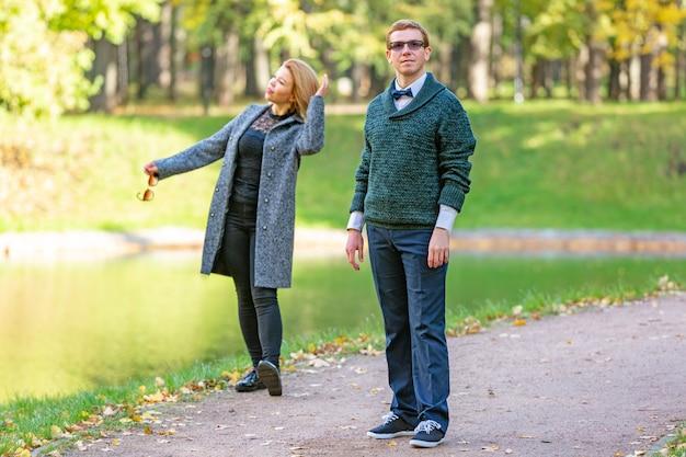 Dobiera Się Opowiadać Poważnie Outdoors W Parku Z Zielonym Tłem Premium Zdjęcia