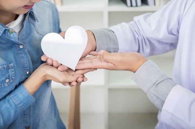 Dobroczynności, Opieki Zdrowotnej, Darowizny I Pojęcia Medycyny - Ręka Mężczyzny Lekarz Dając Serce Pacjenta Premium Zdjęcia