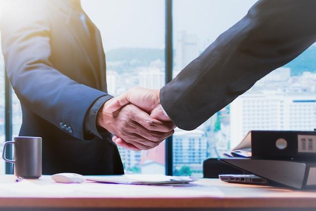 Dobry Interes. Uścisk Dłoni Ludzi Biznesu W Biurze - Obraz Premium Zdjęcia