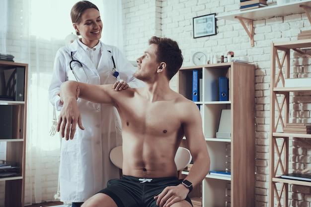 Dobry Lekarz Bada Ramię Atlety. Premium Zdjęcia