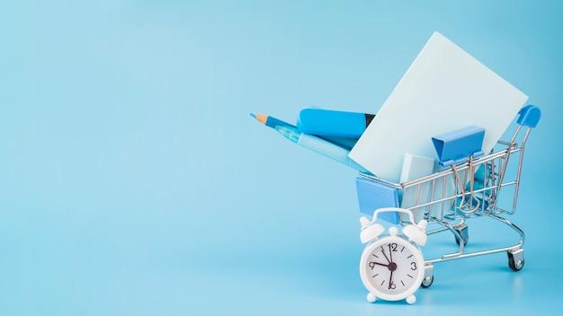 Dodatki biurowe w wózku na zakupy i budziku Darmowe Zdjęcia