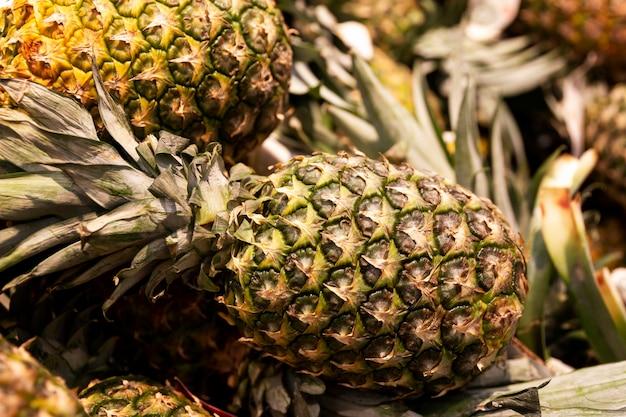 Dojrzałe Ananasy Na Ladzie W Sklepie. Zbliżenie. Premium Zdjęcia