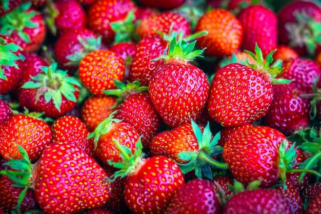 Dojrzałe, Ekologiczne, Czerwone Truskawki Luzem W Pudełku Premium Zdjęcia