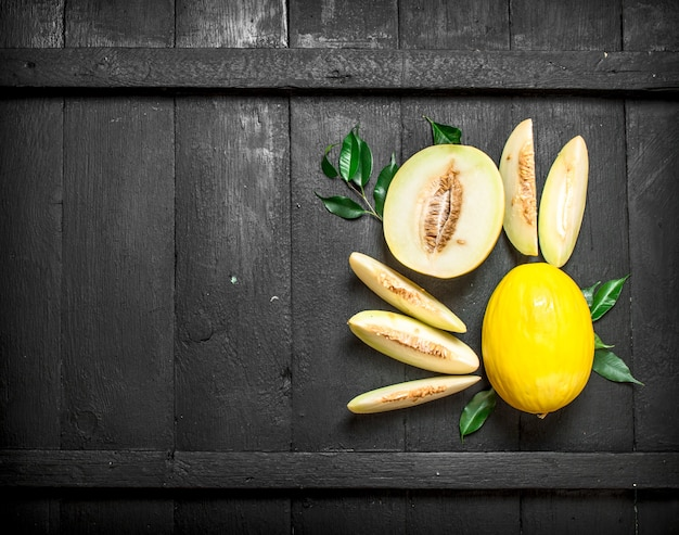 Dojrzałe Kawałki Melona. Na Czarnym Tle Drewnianych. Premium Zdjęcia