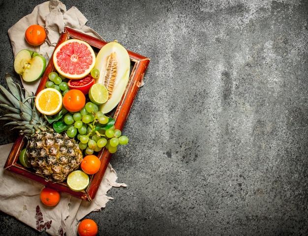 Dojrzałe Owoce Na Starej Tacy. Na Tle Rustykalnym. Premium Zdjęcia