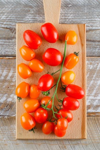 Dojrzałe Pomidory Na Desce Drewnianej I Rozbioru. Leżał Płasko. Darmowe Zdjęcia