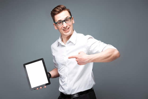 Dojrzały atrakcyjny biznesmen w kosztowny zegarek, czarne okulary i białą koszulę trzymać pustą tabletkę Premium Zdjęcia
