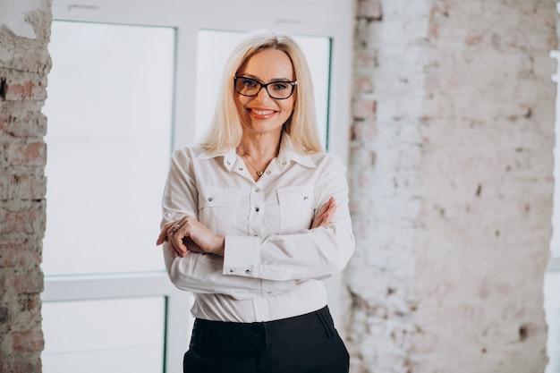Dojrzały Bizneswoman Odizolowywający W Z Klasą Stroju Darmowe Zdjęcia