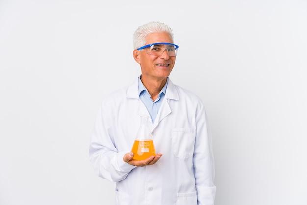 Dojrzały Chemik Na Białym Tle Szczęśliwy, Uśmiechnięty I Wesoły. Premium Zdjęcia