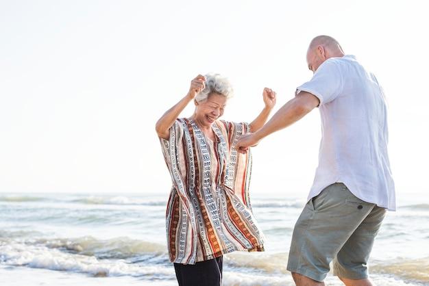 Dojrzały matki i syna taniec na plaży Premium Zdjęcia