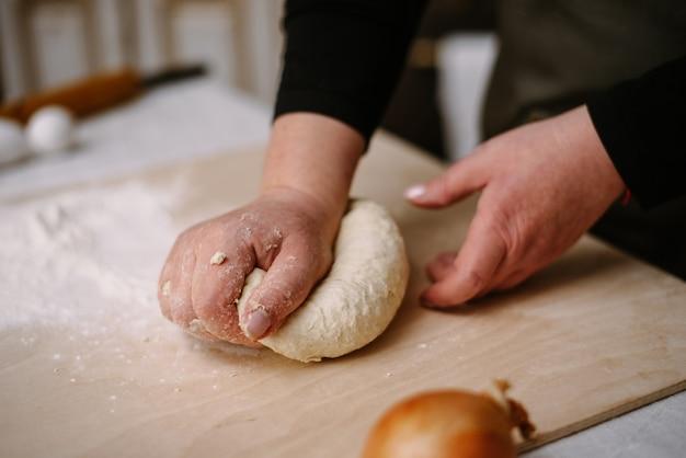 Dokonywanie Ciasta Kobiecymi Rękami W Piekarni. Kulinarne, Gotowanie, Koncepcja Piekarni. Premium Zdjęcia