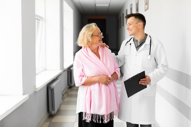 Doktorska i starsza kobieta patrzeje each inny Darmowe Zdjęcia