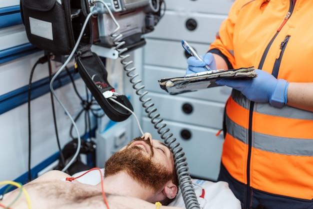 Doktorski pisze raport medyczny schowek w szpitalu, izba pogotowia. pojęcie medycyny, ludzi i opieki zdrowotnej. Premium Zdjęcia