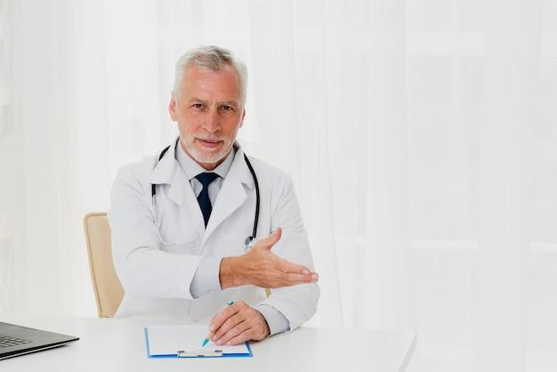Doktorski pokazuje pacjentowi gdzie usiąść Darmowe Zdjęcia