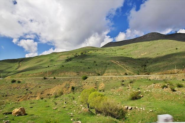 Dolina w górach kaukazu w armenii Premium Zdjęcia