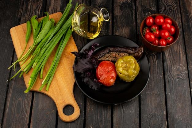 Dolma Warzywna Dolma Z Mielonym Mięsem W środku Z Zieloną Oliwą Z Oliwek I Czerwonymi Pomidorami Na Rustykalnym Drewnianym Biurku Darmowe Zdjęcia