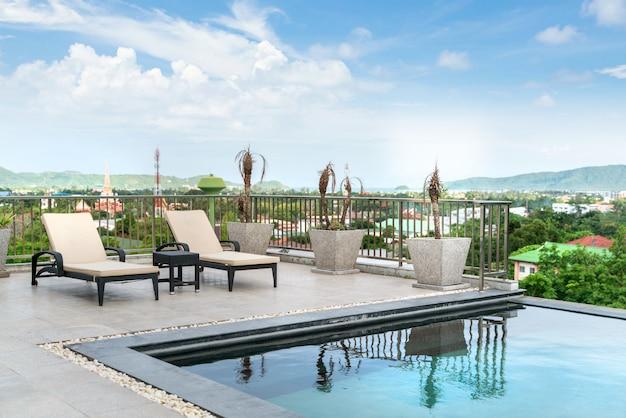 Dom Lub Dom Projekt Zewnętrzny Pokazujący Tropikalną Willę Przy Basenie Z łóżkiem Do Opalania Premium Zdjęcia