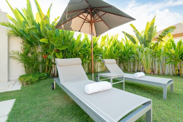 Dom Lub Dom Projekt Zewnętrzny Pokazujący Tropikalną Willę Z Leżakiem, Parasol Premium Zdjęcia