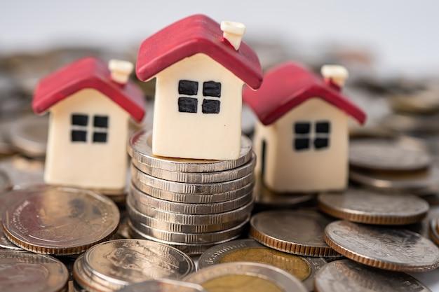 Dom Na Stosie Monet, Koncepcja Finansowania Kredytu Hipotecznego. Premium Zdjęcia