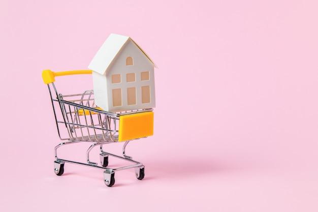 Dom Z Papieru Model W Koszyku Isoalted Na Różowo Premium Zdjęcia