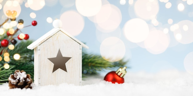 Dom Z Zabawkami Z Dekoracją świąteczną W Zaspie śnieżnej Premium Zdjęcia