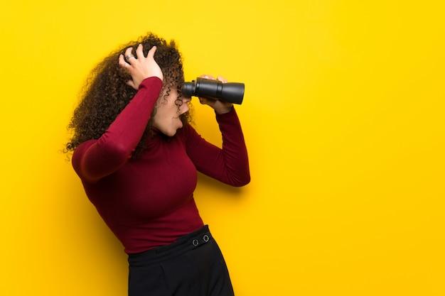 Dominikańska Kobieta Z Swetrem Z Golfem I Patrząc W Dal Z Lornetką Premium Zdjęcia