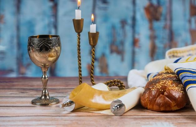 Domowa chała, wino i świece do szabatu Premium Zdjęcia