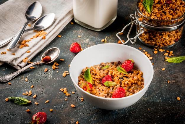 Domowa granola z mieszanki płatków z truskawkami Premium Zdjęcia