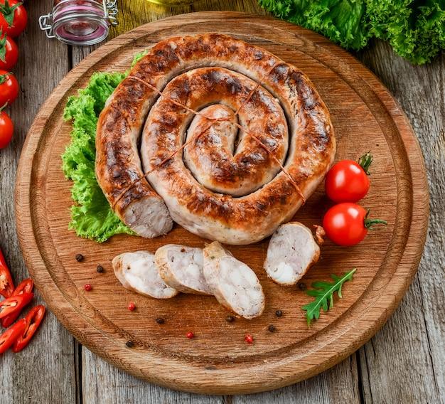 Domowa Kiełbasa Smażona, Smaczne I Zdrowe Jedzenie Premium Zdjęcia