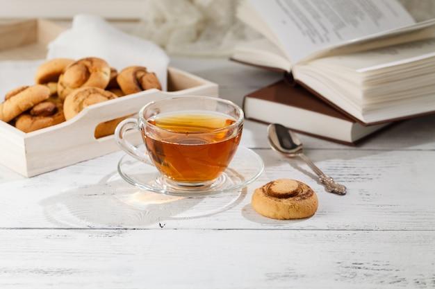 Domowe Ciasteczka I Filiżanka Herbaty Na Stole Rano Premium Zdjęcia