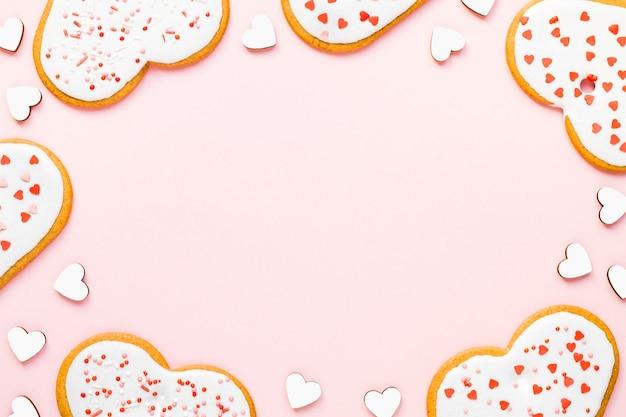 Domowe Ciasteczka Na Walentynki Posypane Sercami Na Różowym Tle Premium Zdjęcia
