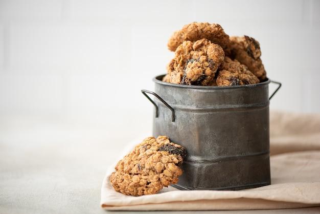 Domowe Ciasteczka Owsiane Ze śliwkami I Orzechami Premium Zdjęcia
