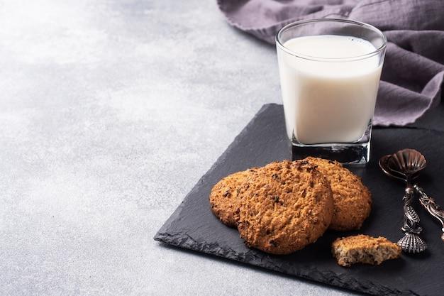 Domowe Ciasteczka Płatki Owsiane I Szklanka Mleka Premium Zdjęcia