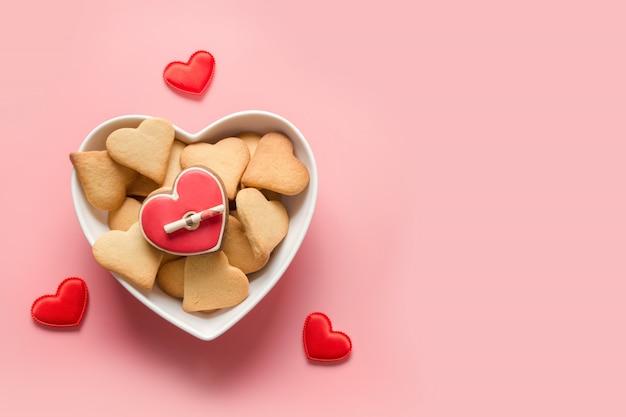 Domowe Ciasto Na Walentynki. Ciastka W Kształcie Serca W Płycie Na Różowo. Widok Z Góry. Premium Zdjęcia