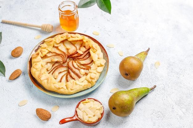 Domowe Gruszkowe Ciasto Galette Z Liśćmi Migdałów I świeżymi Dojrzałymi Zielonymi Gruszkami Darmowe Zdjęcia