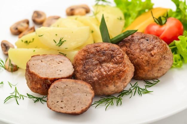 Domowe Kotlety Z Ziemniakami I Warzywami Premium Zdjęcia